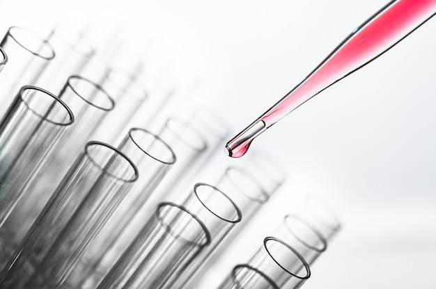 Lassen sie die rosafarbenen chemikalien in den becher fallen