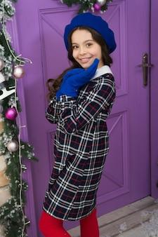 Lassen sie die winterkälte ihren stil nicht beeinflussen. glückliches kind im winterstil. stil und mode. modetrends für die wintersaison. halten sie wärme mit stil.