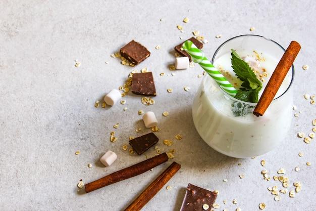 Lassi ist ein beliebtes traditionelles dahi-kaltgetränk auf joghurtbasis in indien. lassi wird aus joghurt hergestellt