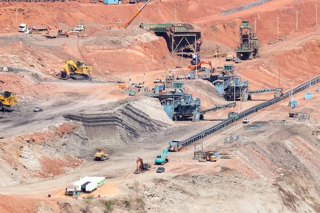 Lastwagen arbeiten in minen.