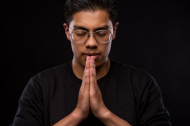 Latein junger mann zu beten