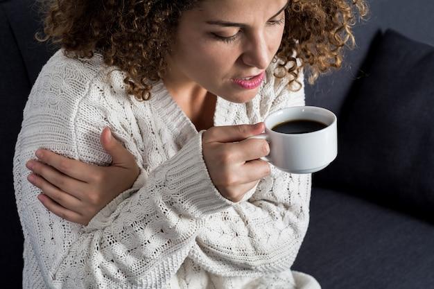 Lateinische frau, die tasse kaffee genießt