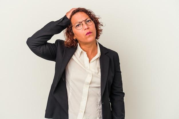 Lateinische geschäftsfrau mittleren alters isoliert auf weißem hintergrund schockiert, sie hat sich an ein wichtiges treffen erinnert.