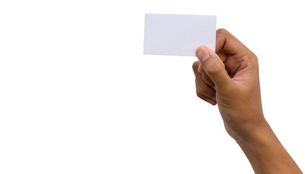 Lateinische mannhand, die unbelegte visitenkarte getrennt auf weißem hintergrund anhält