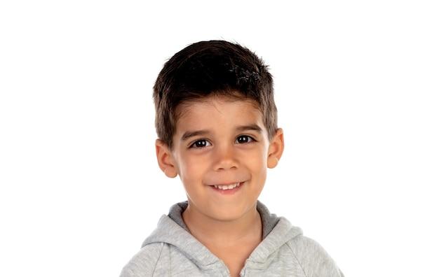 Lateinisches kind, das kamera lokalisiert auf einem weißen raum betrachtet