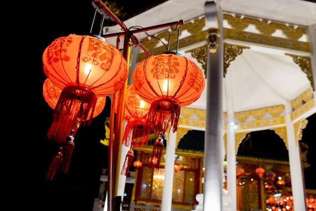 Laterne des chinesischen neujahrsfests mit tempelhintergrund
