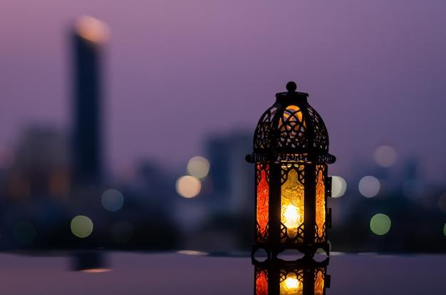 Laterne mit dämmerungshimmel für ramadan kareem.