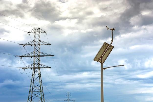 Laterne mit einer laterne und installierten sonnenkollektoren auf blauem himmel
