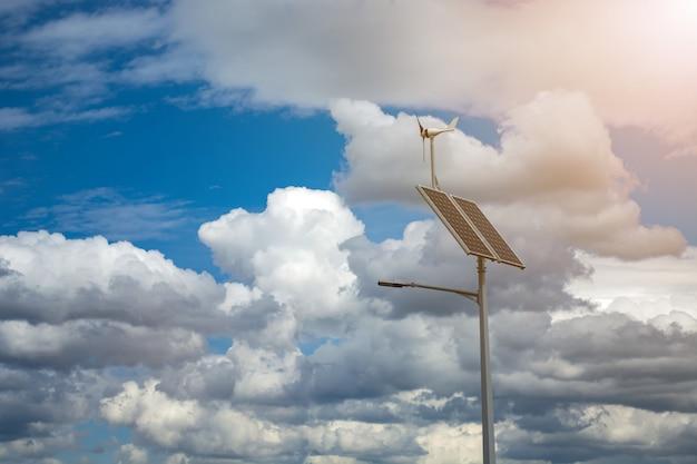 Laterne mit einer laterne und installierten sonnenkollektoren auf einem blauen himmel.