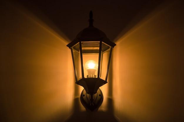 Laterne oder laterne mit glühbirnen dekor an der wand