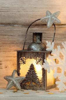 Laterne, weihnachtsdekoration, hölzerner hintergrund.