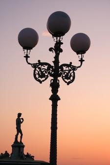 Laternenpfahl bei sonnenuntergang