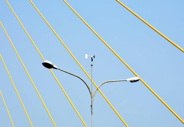 Laternenpfahlstraße an der hängebrücke in thailand