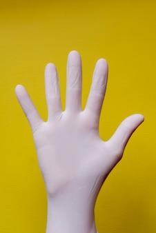 Latexhandschuh auf gelbem hintergrund