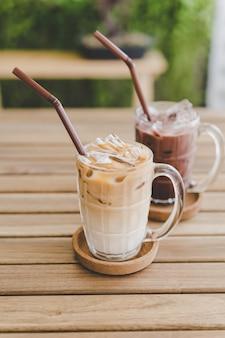Latte-eiskaffee mit eisschokolade