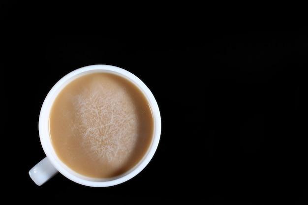 Latte in einer weißen tasse auf einer dunklen