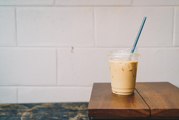 Latte kaffee in glas zum mitnehmen holz auf dem tisch