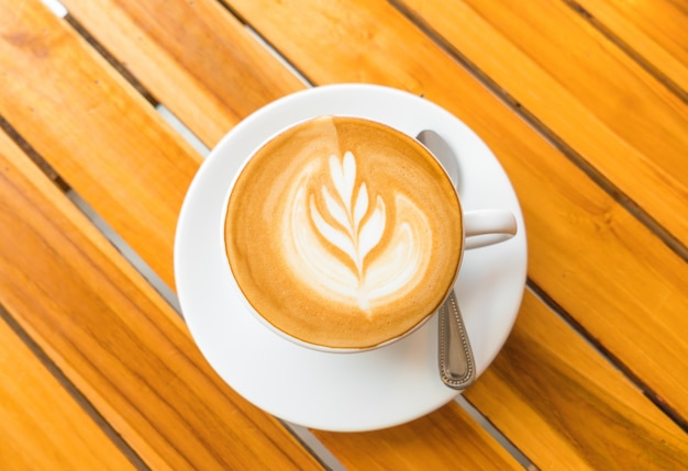 Latte kaffee kunst auf den holztisch