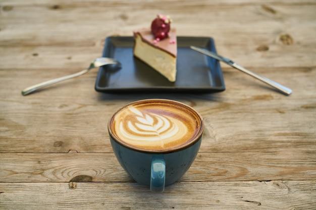 Latte kaffee und käsekuchen auf dem holztisch