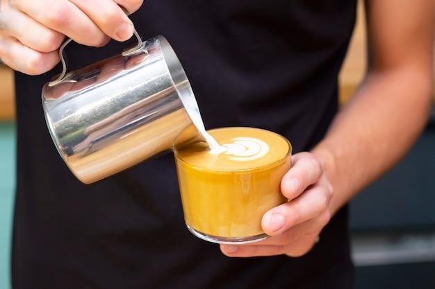 Latte kunstkunst des zeichnens auf kaffee