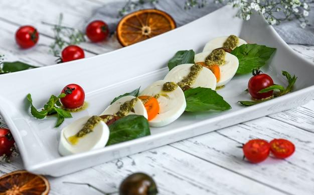 Laubsalat mit mozzarella und kirschtomaten