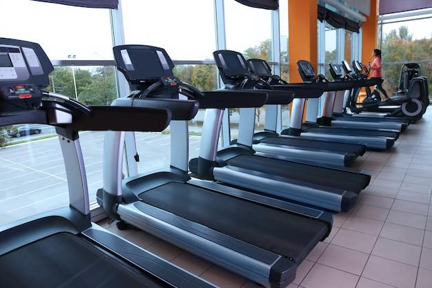 Laufbänder in einer reihe im fitnessstudio