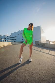 Laufen im stadtpark. frauenläufer außerhalb des joggens am morgen mit städtischer szene. Premium Fotos