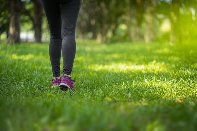 Laufende sportfüße des athleten auf hintergesunder lebensstileignung