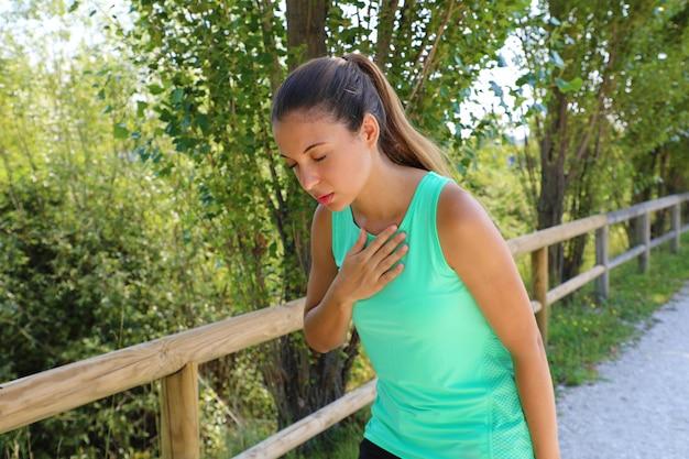 Laufende übelkeit. übelkeit und krankes krankes läufer-erbrechen. laufende frau, die sich schlecht fühlt, wenn sie sich übergeben will. mädchen mit übelkeit durch dehydration oder brustschmerzen.