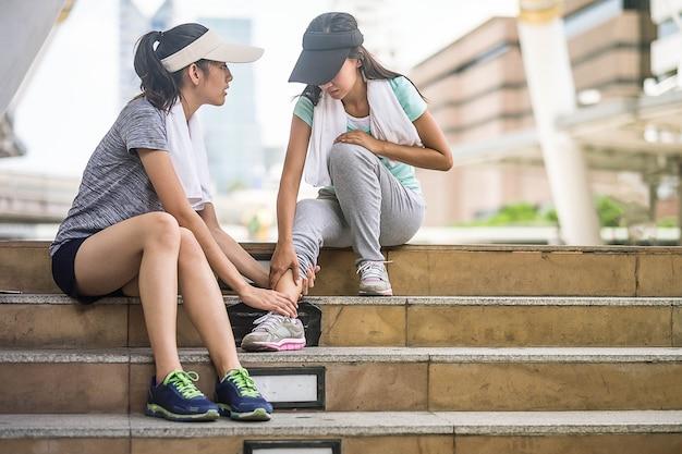 Laufender verletzungsbeinunfall-sportfrauenläufer, der das halten verletzt