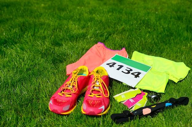 Laufschuhe, marathon-startnummer, läuferausrüstung und energy-gele