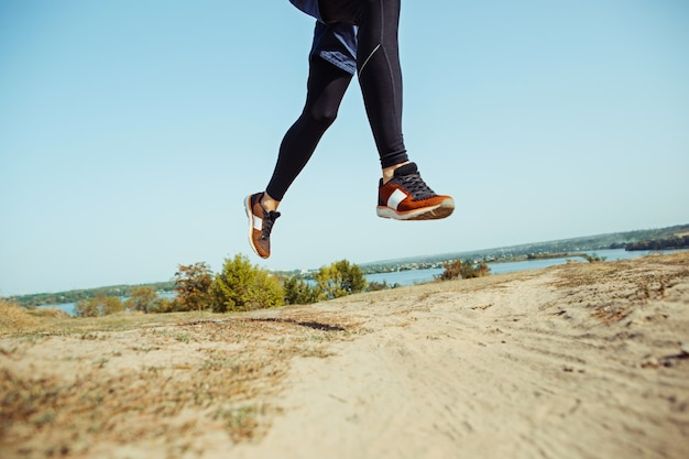 Laufsport. mannläufer, der im freien in der szenischen natur sprintet. fit muskulöses männliches athleten-trainings-trailrunning für den marathonlauf.