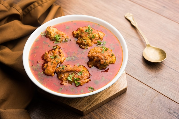 Lauki kofta curry aus bottel gourd oder doodhi, serviert in einer schüssel oder karahi. selektiver fokus