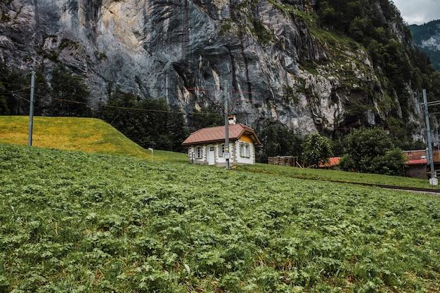 Lauterbrunnental schweiz bahn jungfraujoch und kleines haus in den schweizer alpen bergen