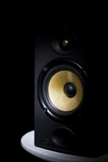 Lautsprecher auf hocker mit gelben kegel