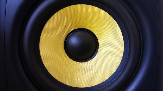 Lautsprecher-hintergrund. tieftöner, gelbe subwoofer-nahaufnahme. professionelles studioequipment. gesangsmonitor zum mischen und aufnehmen von musik. hochwertige schreibtischmonitore.