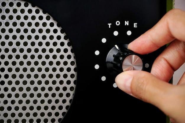 Lautstärke-ton-regler mit der hand einstellen mit der hand den lautstärke-ton an der lautstärkeregler-taste einstellen