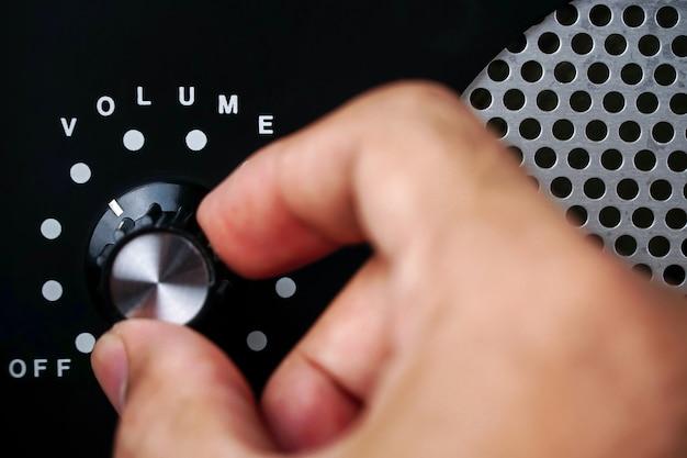 Lautstärkeregelung mit der handverwenden sie die hand, um die lautstärke am lautstärkeregler einzustellen