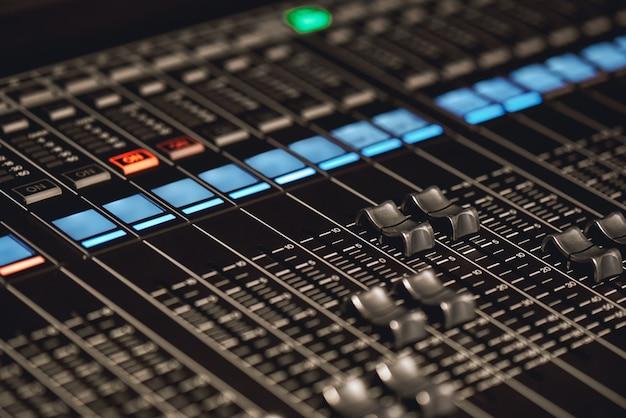 Lautstärkeregelung. nahaufnahme der tasten der tonkonsole für die lautstärkeeinstellung im tonstudio. ausrüstung für tonaufnahmen