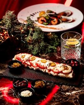 Lavash wrap mit geschmolzenem käse und tomaten
