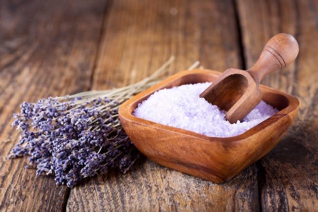 Lavendel badesalz und getrocknete blumen von lavendel auf holztisch