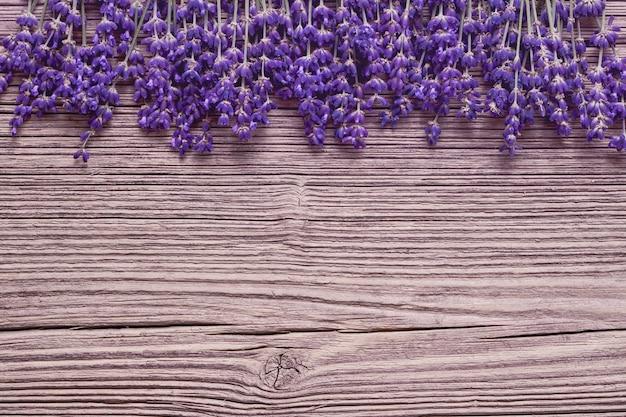 Lavendel blumen grenze auf alten holztisch. speicherplatz kopieren, draufsicht. sommertisch. getönt