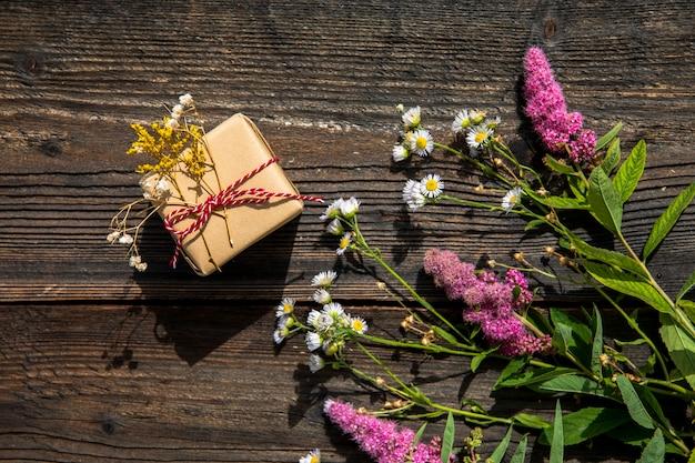 Lavendel bouquet und kleines geschenk