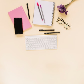 Lavendel bündel; brille; tastatur; handy und briefpapier auf beige hintergrund