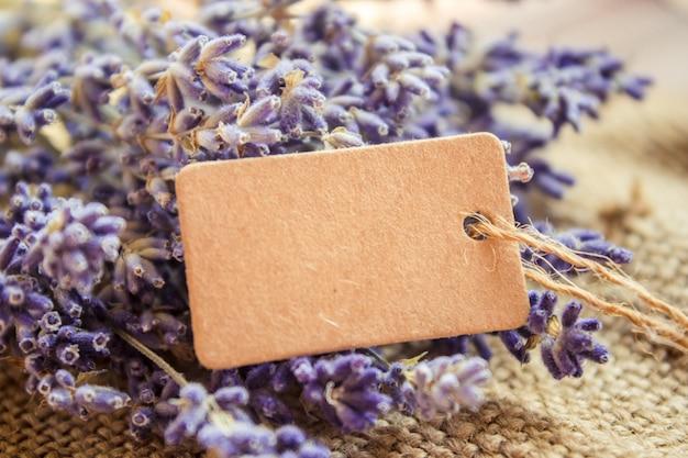 Lavendel getrocknet und das tag. selektiver fokus