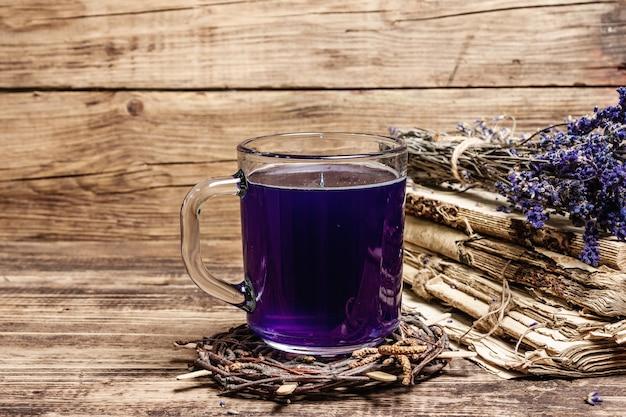 Lavendel heißer tee auf vintage holztisch