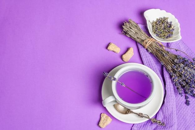 Lavendel heißer tee blumengetränk in keramikbecher