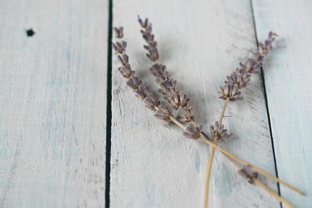 Lavendel im weißen rustikalen hölzernen schreibtisch.