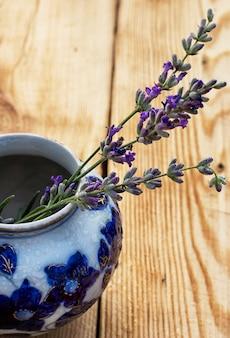 Lavendel in einer stilvollen glasvase
