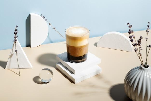 Lavendel latte drink umgeben von verschiedenen figuren. sonnenlicht und harte schatten